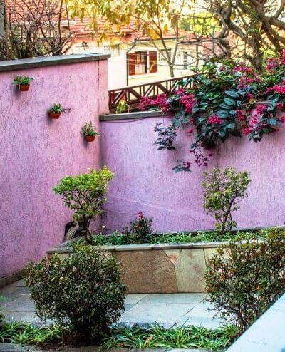 Jardim na entrada do hostel